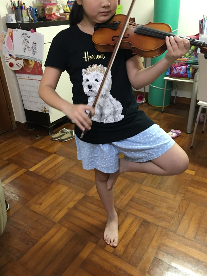 Playing violin on 1 foot. 小提琴課@金雞獨立