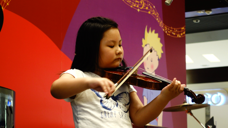 Venus Yip 1st time performing in a mall